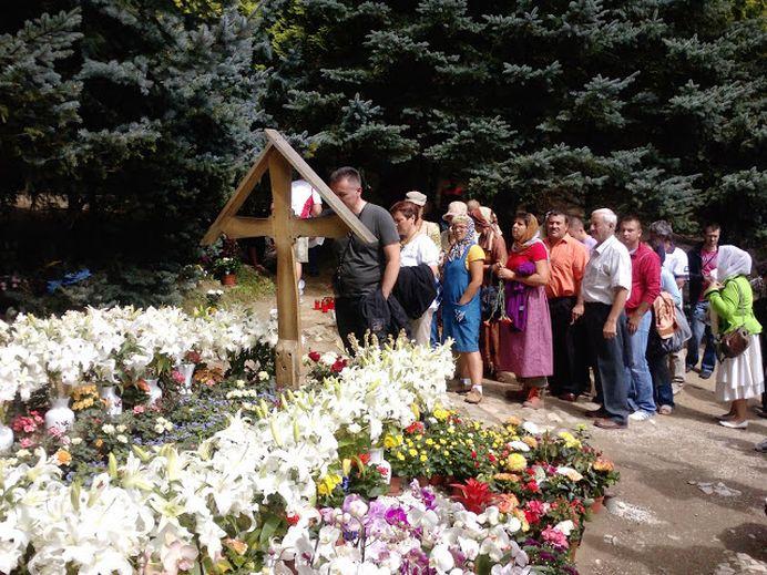 Un numar RECORD de credinciosi s-a rugat la mormantul parintelui Arsenie Boca. Aproape 100.000!