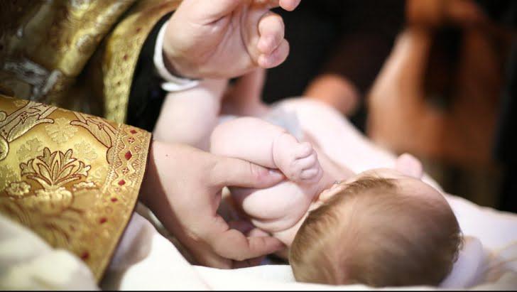 Un popa a ranit GRAV un copil, in timpul botezului!