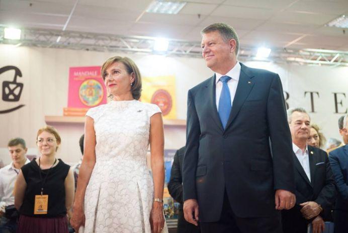 """Carmen Iohannis a dat aproape 15.000 de lei pe tinuta de la lansarea cartii """"Primul pas"""""""