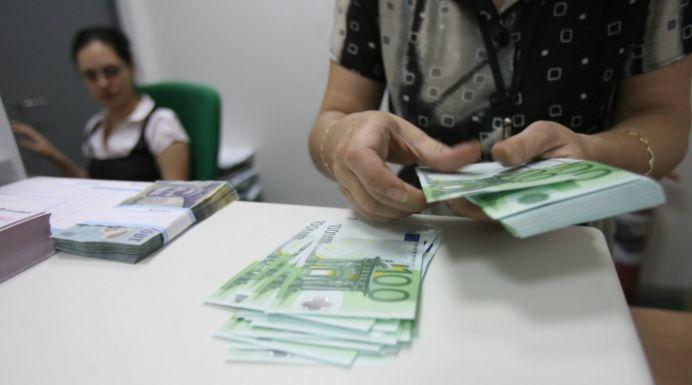 Leul si euro se duc in cap dupa votul din Grecia! Romanii cu bani la bancile grecesti au conturile blocate!