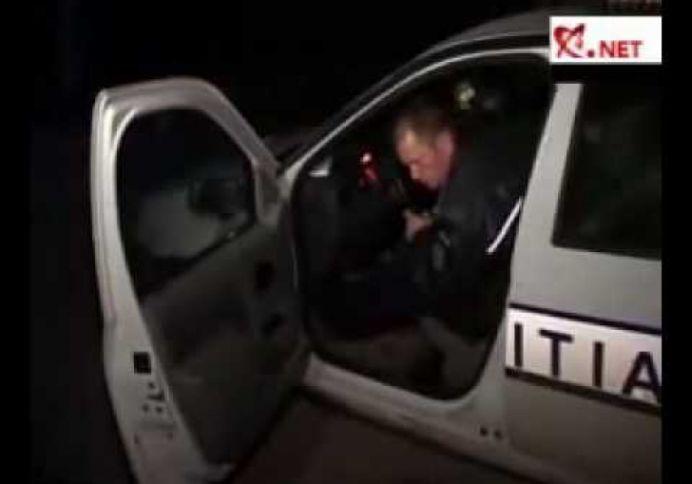 VIDEO – Politist RUPT de BEAT filmat la volanul masinii de Politie!
