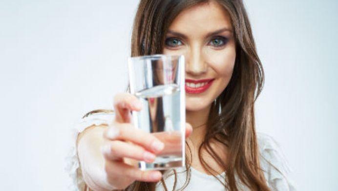 Motivele pentru care un pahar de apa calda pe stomacul gol este sanatate curata!