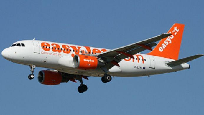 FOTO SOCANT! Avion de pasageri REPARAT cu banda adeziva!