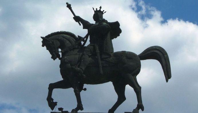 Tu stii cum il chema pe calul lui Stefan cel Mare? O tanara nu a primit cetatenia romana pentru ca n-a stiut!