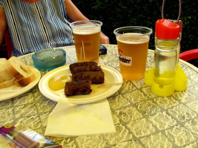 Atentionarea nutritionistilor: combinatia de mici cu bere este TOXICA pentru organism!