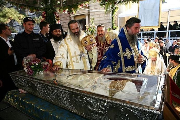 Un oficial al STATULUI acuzat de preversiuni sexuale langa racla Sf. Parascheva!