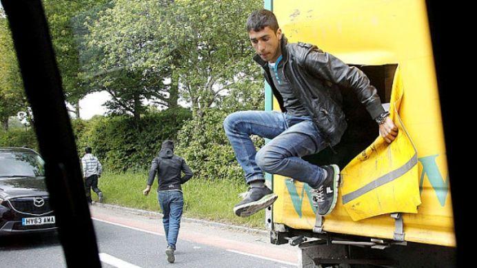 Romanii SOCHEAZA iar Marea Britanie! Noua au evadat dintr-un camion, cu politia dupa ei!