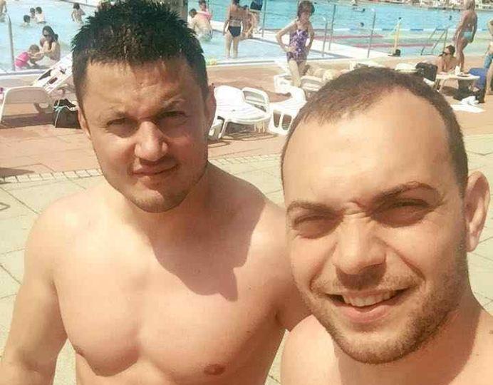 """FOTO – Ai grija cu cine vorbesti pe Facebook! Doi """"afaceristi"""" romani in Marea Britanie conving o tanara sa lucreze dansatoare la bara!"""