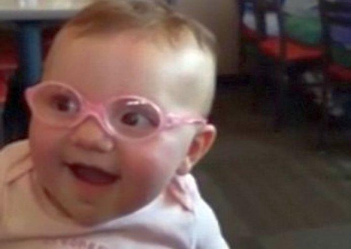 VIDEO – Reactia fabuloasa a unui bebelus cu probleme de vedere care-si vede pentru PRIMA OARA MAMA!
