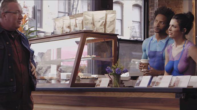 VIDEO – VIRALUL ZILEI! Cafeneaua în care toti angajatii SUNT GOI PUSCA!