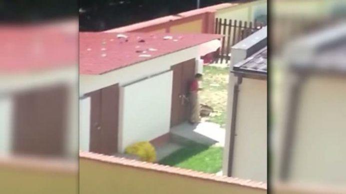 VIDEO GREU DE INGHITIT! Copii legati de gard, in soare, la un centru de plasament din Bucuresti!