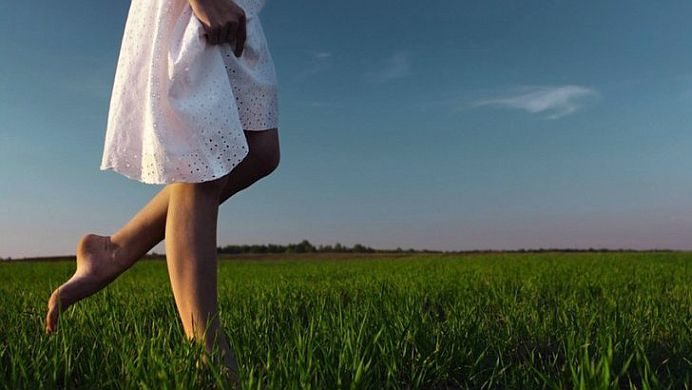 Incarca-te energetic si revigoreaza-ti corpul MERGAND DESCULT!