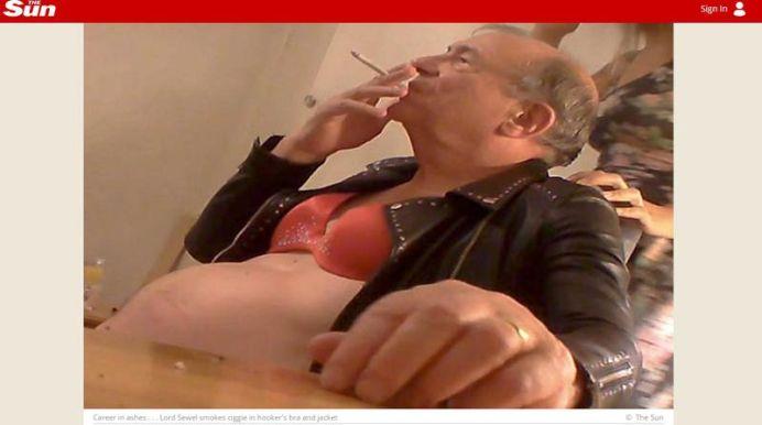 VIDEO SOCANT! Unul dintre cei mai celebri politicieni britanici FILMAT cand priza COCAINA alaturi de DOUA PROSTITUATE!