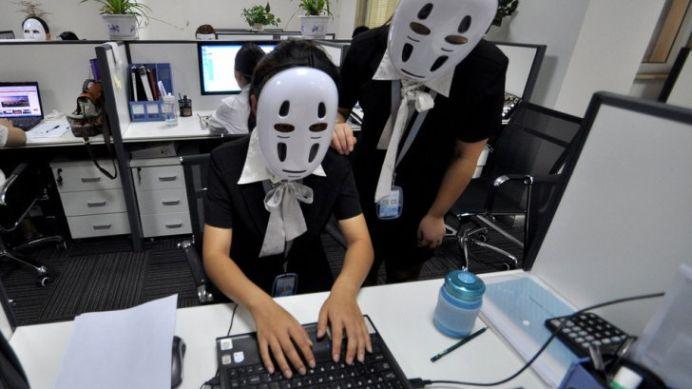 FOTO – Un patron isi obliga angajatii sa POARTE MASTI LA LUCRU! Motivul este SOCANT!
