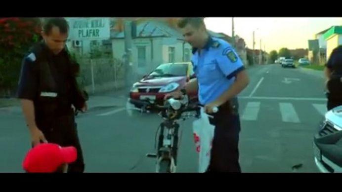 Un echipaj de politie a dat peste un biciclist si a fugit de la locul accidentului!