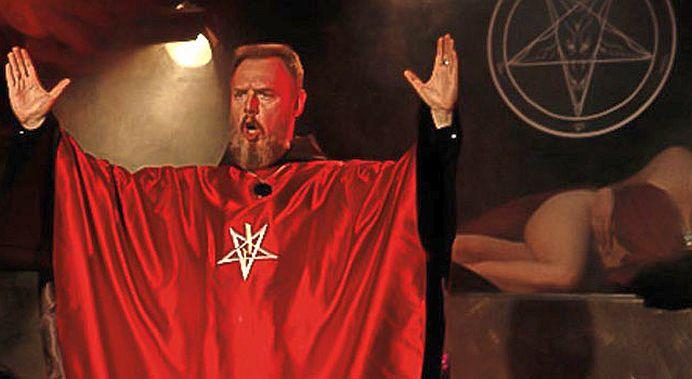 O VEDETA de la noi face gesturi SATANISTE pe scena, in fata copiilor!