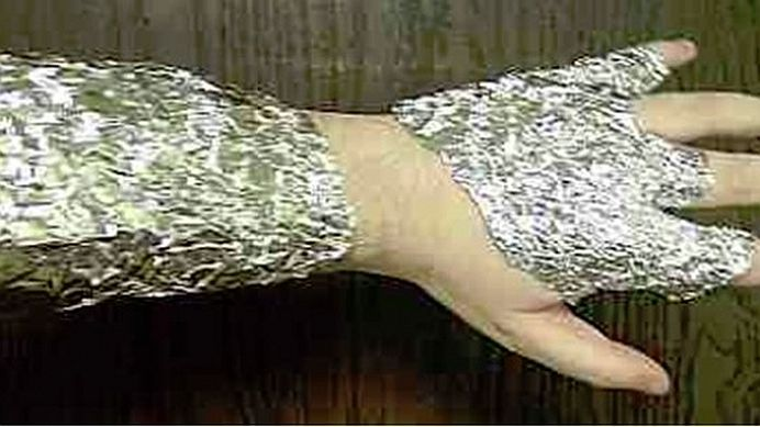 Super truc! Ce se intampla daca-ti infasori mainile sau picioarele in staniol?