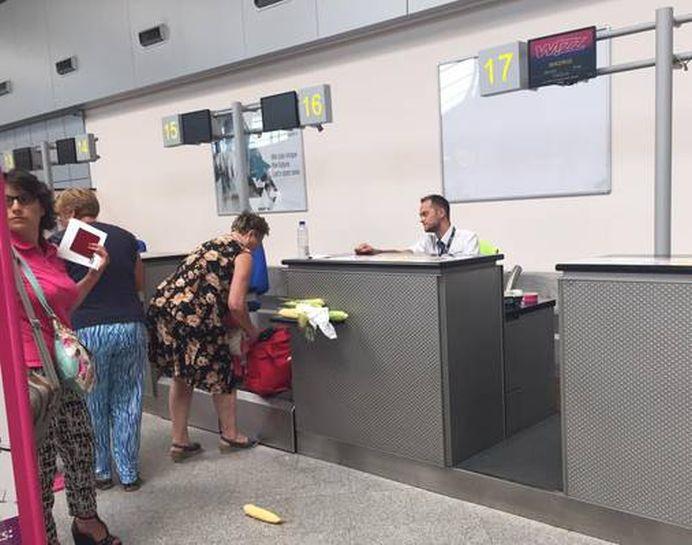 Numai in Romania VEZI ASA CEVA! Ce a scos o femeie din geanta, la check-in, pe Aeroportul din Cluj! Imaginea face ocolul pamantului!