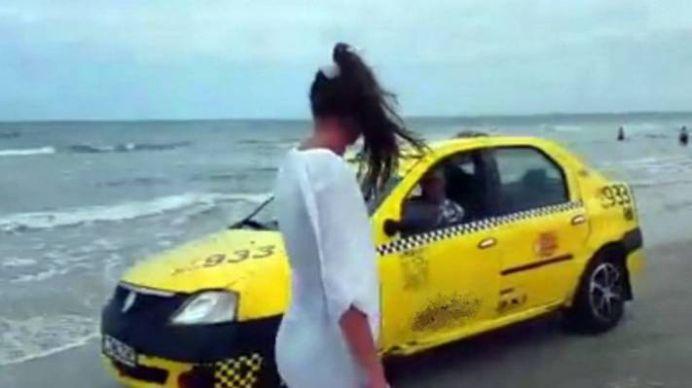 VIDEO – Un taximetrist si-a dus clientul pana pe plaja din Mamaia, direct pe sezlong! Acum REGRETA decizia!