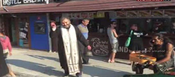 VIDEO – A intrat DIAVOLUL in ei! Un preot a iesit in Vama Veche si a sfintit tot ce i-a iesit in cale!