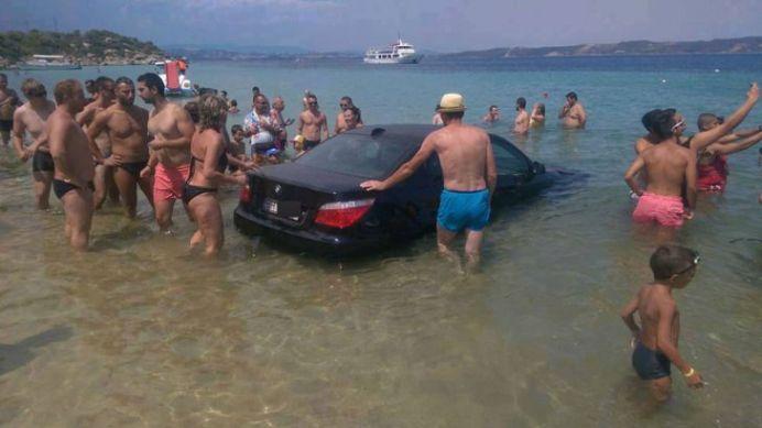 VIDEO – BIZONUL SECOLULUI! Un roman cu BMW a vrut sa fie SMECHER si intrat cu masina in mare!
