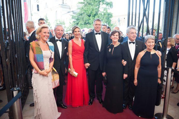 I-a UIMIT pe austrieci! Carmen Iohannis si-a ECLIPSAT sotul, aparand intr-o rochie de OSCAR!