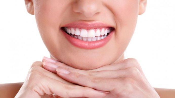 Albeste-ti dintii in mod NATURAL, cu un ingredient pe care-l gasesti in bucatarie!