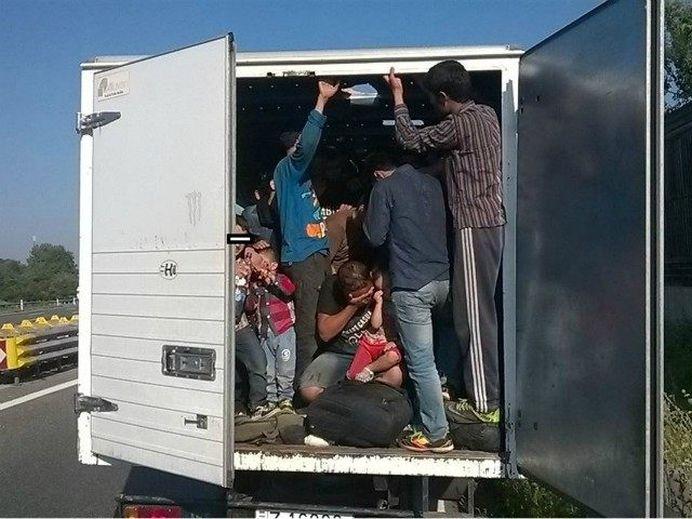VIDEO  SOCANT – 50 de imigranti gasiti MORTI in Austria, in camionul unui ROMAN!