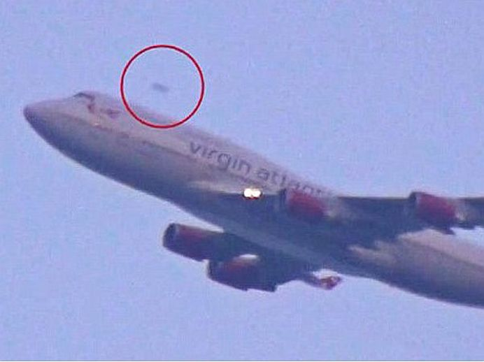VIDEO SOCANT – OZN filmat zburand deasupra unui avion de pasageri!