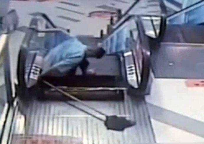 VIDEO SOCANT! I-au amputat piciorul dupa ce si l-a prins in SCARA RULANTA! Al doilea caz in doua saptamani, in China!