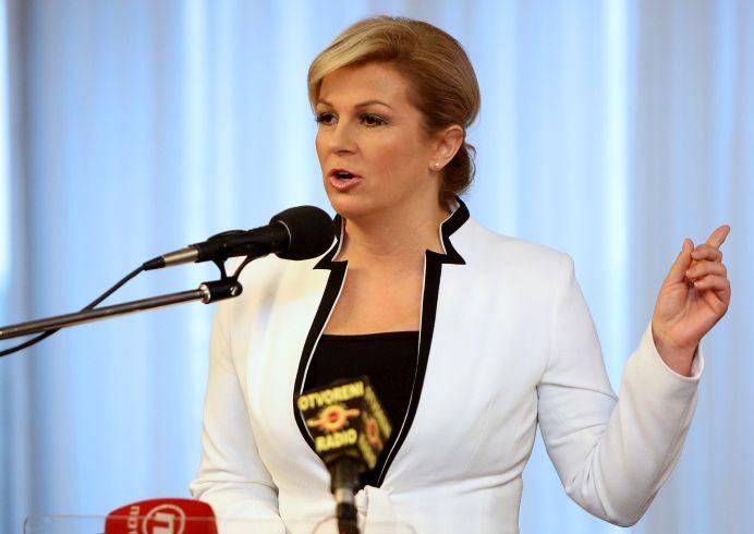 Ai nostri STAU CU CAPUL PLECAT si tac, presedintele Croatiei a MATURAT PE JOS cu Merkel cand a aflat cati imigranti trebuie sa preia!