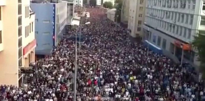 VIDEO – ADEVARATA amploare a INVAZIEI MUSULMANE! Zeci de mii de islamici SE ROAGA LA UNISON in centrul Parisului!