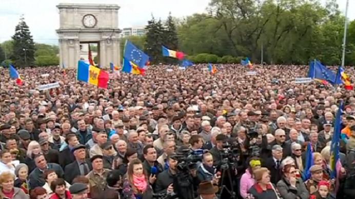 Proteste URIASE la Chisinau! Zeci de mii de moldoveni au cerut demisia Guvernului!