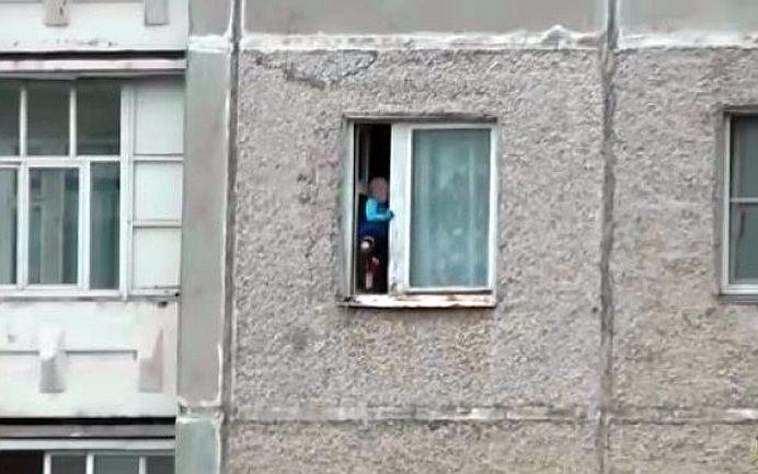 VIDEO NERECOMANDAT CELOR SLABI DE INIMĂ! Ce se intampla la etajul 8 al unui bloc face ocolul internetului!