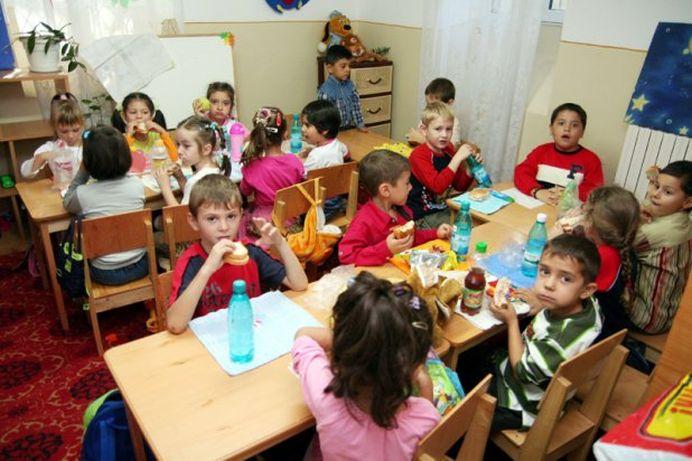 Bani de la stat pentru parintii din Romania care isi dau copiii la gradinita! Legea intra in vigoare duminica!