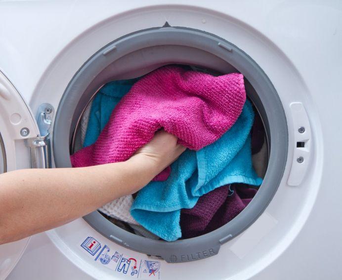 Adauga acest ingredient in masina de spalat si o sa scoti hainele GATA CALCATE!