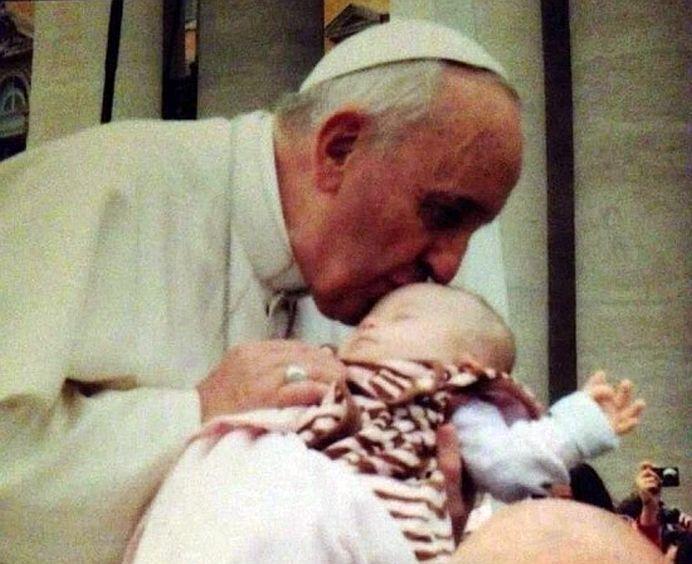 Doctorii refuza sa vorbeasca despre caz! Ce s-a intamplat cu acest copil, sarutat de Papa Francisc, este UN MIRACOL!