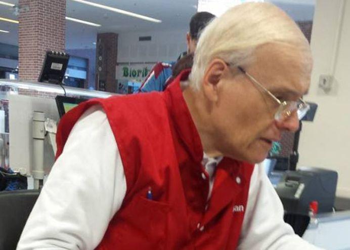 Poveste de viata! D-l Dumitrescu a ajuns din inginer IT sa lucreze casier la Auchan in Bucuresti, pe un salariu de 720 de lei pe luna!