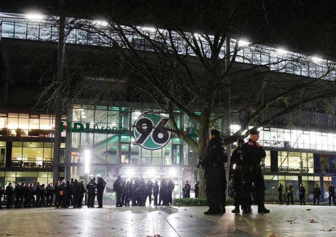 Europa in RAZBOI! Doua BOMBE descoperite pe stadionul din Hanovra, un si Merkel era asteptata!