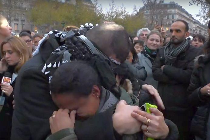"""VIDEO – """"Îmbratisati-ma, daca aveti incredere in mine!"""" Un musulman s-a LEGAT le ochi si centrul Parisului si a facut zeci de oameni SA PLANGA!"""