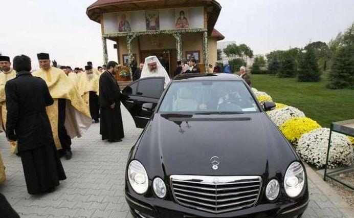 Patriarhul Daniel ISI VEDE DE LUMEA LUI! Oamenii mor pe capete in urma tragediei din Colectiv si el DECOREAZA POLITICIENI!