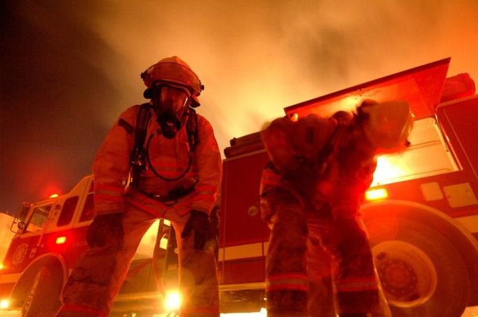 VIDEO – Toata lumea a crezut ca a luat foc satul! Cand colo, un pompier din Arad si-a cerut prietena de nevasta cu trei masini!