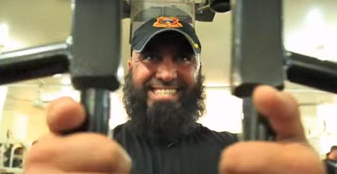 """VIDEO – Cel mai CUNOSCUT LUPTATOR atiterorist din lume! I se spune """"Rambo din Irak"""" si a UCIS peste 1500 de fanatici ISIS!"""