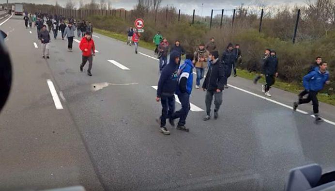 VIDEO CUTREMURATOR! Un sofer de TIR ungur intra cu masina in multime si CALCA imigranti!