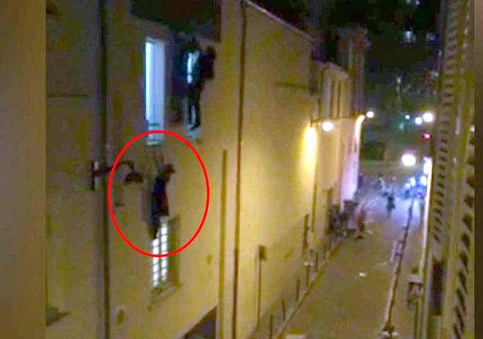FOTO – VIDEO Tanara care s-a agatat de balustrada in atacurile din Paris E INSARCINATA si a SCAPAT CU VIATA!