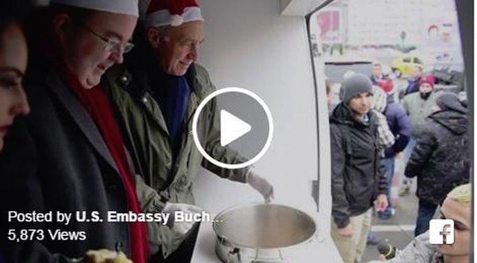 Niciun politician roman n-a facut asta! Ambasadorul SUA si cel al Marii Britanii au servit o supa calda, COT LA COT cu oamenii strazii din Bucuresti!
