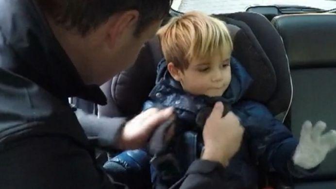 VIDEO SOCANT! Toti parintii FAC GRESEALA asta! Ce se intampla daca pui copilul in masina cu geaca pe el!