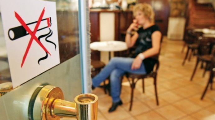 De saptamana viitoare FUMATUL ESTE INTERZIS complet in Romania! Vezi exceptiile unde vei putea fugi la o tigara!