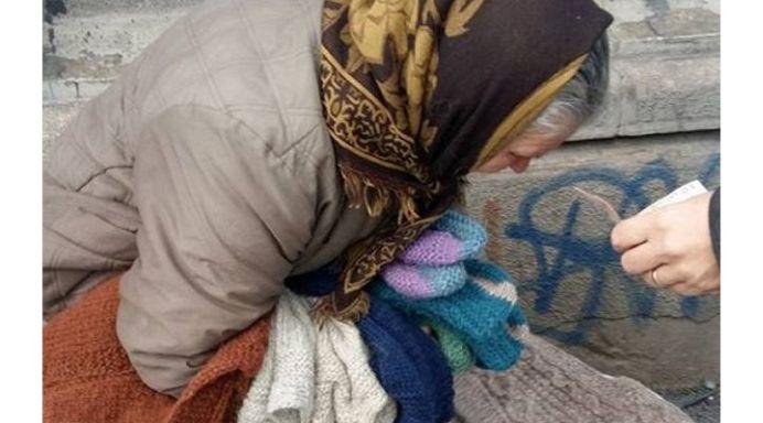 La 67 de ani mamaia Cristina face 200 de km, ca sa vanda ciorapii crosetati de ea, pentru banii necesari sotului bolnav de CANCER!