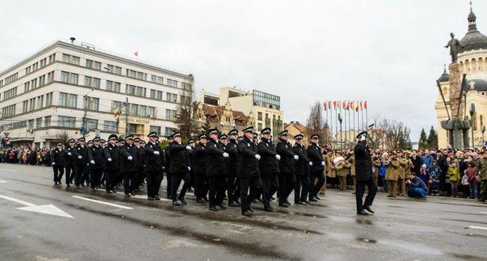 VIDEO – Politistii locali din Cluj S-AU FACUT DE RAS la parada de 1 decembrie! Acum sunt viral pe internet!
